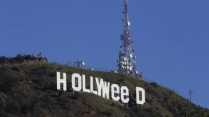 """Artyści celebrują nowe prawo w Kalifornii zmieniając litery w sławnym znaku """"Hollywood"""", thc thc.info"""